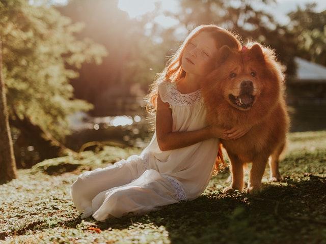 Flicka med stor hund